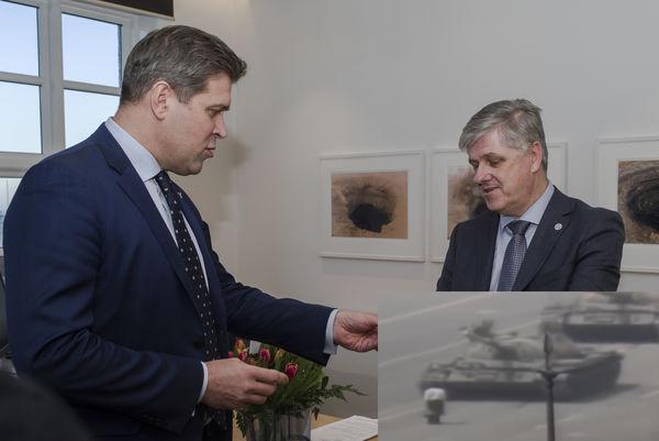 Spillingin á fleygiferð?: Fjármálaráðherrann í vasa Kínverja og ESB?